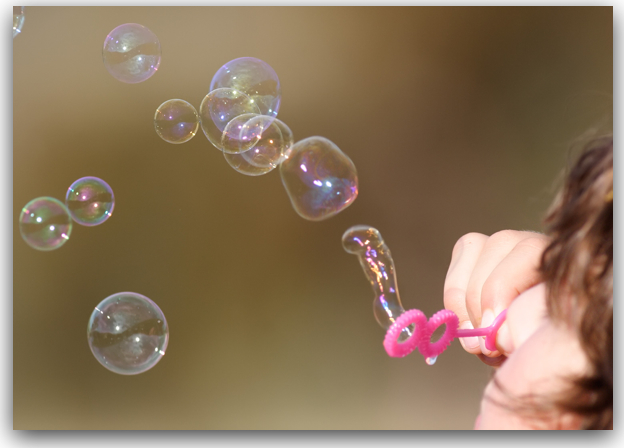 Girl_blowing_bubbles.jpg (JPEG Image, 1600 × 1067 pixels) - Scaled (84%)